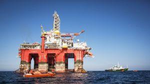 Kansainvälinen joukko Greenpeacen aktivisteja nousivat Statoilin Barentsinmerellä sijaitsevalle öljynporauslautalle 27. toukokuuta.