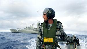 Huhtikuun alussa julkaistussa valokuvassa australialaisviranomainen etsii merkkejä kadonneesta malesialaiskoneesta.