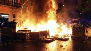 Mielenosoittajat polttivat roskalaatikoita Can Vies -rakennuksen läheisyydessä Barcelonassa 28. toukokuuta.