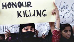 """Pakistanilaiset naisaktivistit protestoivat """"kunniamurhia"""" vastaan."""