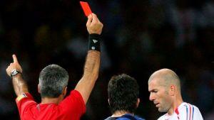 Erotuomari näyttää punaista korttia Ranskan Zinedine Zidanelle.