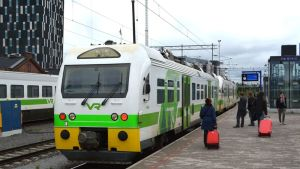Matkustajia menossa kiskobussiin Tampereen rautatieasemalla.