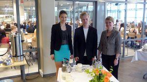 Julia Ventelä 9A ja Väinö Granat 9D ovat opinto-ohjaaja Sari Karjalaisen seurassa.