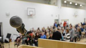 Mikrofoni ja puhujanpönttö juhlasalissa