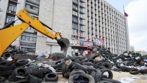 Barrikadeja vallatun hallintorakennuksen edessä Donetskissa.