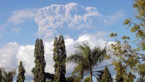 Tuhkapilven peittämä Sangeang Api -tulivuori.