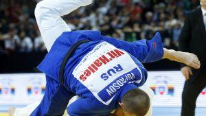 Georgian Varlam Liparteliani (valkoinen judogi) ja Venäjän Kirill Voprosov miesten 90 kilon sarjassa EM-tatamilla 2014.