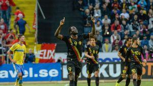 Romelu Lukaku tuulettaa maalia Ruotsia vastaan.