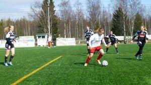 Meri-Lappi United pelaa Karihaaran tekonurmella.