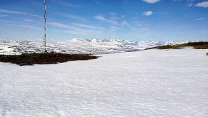 Näkymä Saanatunturin huipulta kolmen valtakunnan rajapyykin suuntaan. Etualalla Digitan radio- ja tv-masto