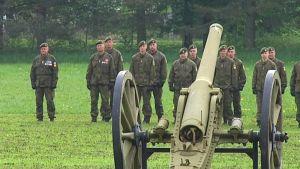 Sotilaat seisovat tykin takana.