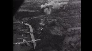 Liittoutuneiden pommikoneita pommituslennolla.