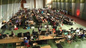 Kuvassa satoja nuoria istuu laneissa tietokoneen ääressä ja pelaa verkkopelejä.