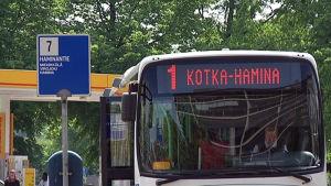 Kotkan ja Haminan väliä liikennöivä bussi.