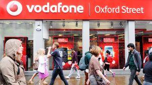 Ihmiset kävelevät Vodafonen myymälän edustalla Lontoossa.