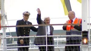 Vanhainkodista Normandian maihinnousun 70-vuotisjuhliin karannut toisen maailmansodan veteraani Bernard Jordan vilkuttaa vastaanottajilleen saavuttuaan lautalla Ranskasta Portsmouthiin Englantiin.