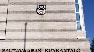 Rautavaaran kunnantalon seinä kesällä ja vaakuna