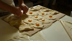 Possoihin laitetaan omenahilloa ennen paistamista.