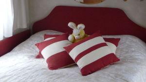 Pehmolelu sängyllä.