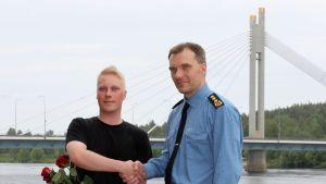 Ilari Sirkka sai Pelastuslaitoksen plakettikilven ja kunniakirjan pelastustoiminnan johtajana toimineelta riskienhallintapäällikkö Mika Hyväriseltä.