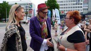 Jorma Uotinen tapaa ihmisiä Kuopion torilla