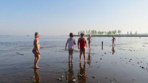 Lapsia Kemin Mansikkanokan uimarannalla.