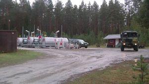 Polttoainesäiliöitä Vattajan ampuma-alueella.