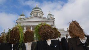 Tanssija Reijo Kelan ideoimat heinäpäät Helsingissä, Tuomokirkon edustalla.