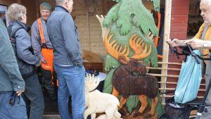 Puunveistäjä Hannu Kyllösen näyttävät työt vetävät katselijoita.
