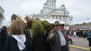 Konsta Pylkkänen otti heinäpäät kaverikseen torikierrokselle.