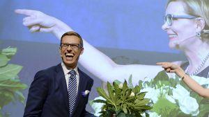 Kokoomuksen uudeksi puheenjohtajaksi valittu Alexander Stubb juhlii lavalla Lahden Sibeliustalossa.