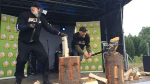 Juha Mieto ja Thomas Wassberg ratkoivat paremmuuttaan halkojen hakkaamisessa.