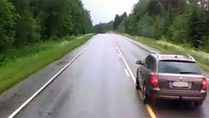 Auto maantiellä