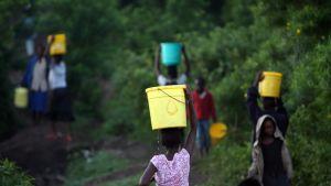 Tytöt kantavat vettä Kenian Homa Bayssa.