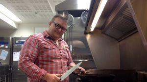 Keittiömestari Jani Unkeri Juurella -ravintolan keittiössä.