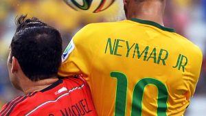 Meksikon Rafael Marquez ja Neymar kamppailussa pääpallosta.