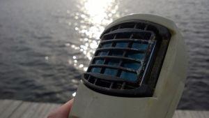 Kaasulla toimiva hyttyskarkotin veden äärellä