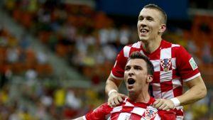 Kroatian Mario Mandzukic (edessä) ja Ivan Perisic Brasiliassa 2014