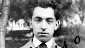 Pablo Neruda kuvassa nuorena.