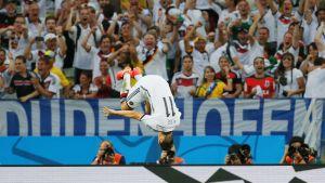 Saksan Miroslav Klose tuulettaa.