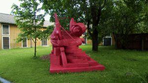 Latvialaistaiteilija Aigars Bikšen veistos Punainen liukumäki Rauman taidemuseon pihalla 2012.