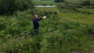 Martti Koskenkorva näyttää aluetta Kyrönjoen varrella, jossa nuijamiehet ehkä kokivat tiensä pään. Taustalla kaukana siintää Santavuori.