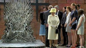 Pohjois-Irlannissa vierailulla oleva kuningatar Elisabet tutustumassa Game of Thrones -suosikkisarjan kuvauspaikkaan.