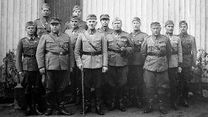 Eturivissä vasemmalta Eversti Duncker, Laatikainen, Lagus (Laatikaisen ja Oeschin välissä) Oesch, Svensson ja Siilasvuo Kantturassa 1944.