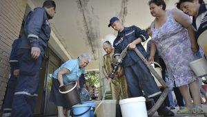 Paikalliset asukkaat hakemassa juomavettä.