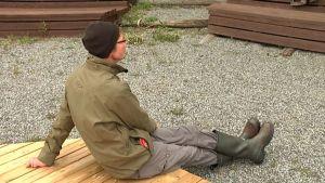 Juha Hurme istuu kesäteatterin lavalla