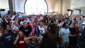 Jalkapallofanit seuraavat FIFA 2014 World Cup Usa-Portugal -peliä Brooklynissä, New Yorkissa 22. kesäkuuta 2014.