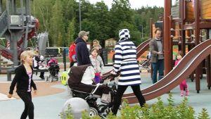 Vanhempia lapsineen leikkipuistossa 25. kesäkuuta 2014.