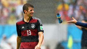 Saksan Thomas Müller hymyilee kentällä.