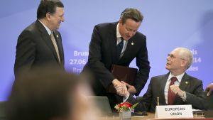Euroopan unionin komission puheenjohtaja Jose Manuel Barroso, Britannian pääministeri David Cameron ja Eurooppa-neuvoston puheenjohtaja Herman van Rompuy allekirjoittivat lähentymis- ja vapaakauppasopimuksen kolmen entisen neuvostotasavallan, Ukrainan, Moldovan ja Georgian kanssa Brysselissä perjantaina.